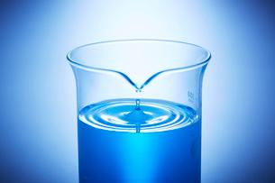 青い液体の入ったビーカーの波紋の写真素材 [FYI04109023]