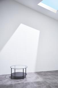 天窓から日差しの入った部屋にあるテーブルの写真素材 [FYI04109042]