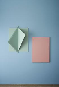 青い壁と立体的なオブジェとピンクのパネルの写真素材 [FYI04109062]