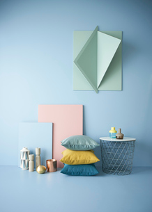 青い壁と立体的なオブジェにピンクのパネル雑貨の写真素材 [FYI04109066]