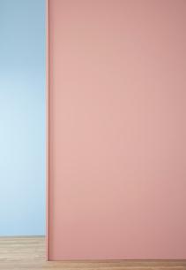 青い壁とピンクの壁の写真素材 [FYI04109075]