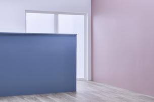 ピンクの壁と間仕切りに使われた青い壁の写真素材 [FYI04109119]