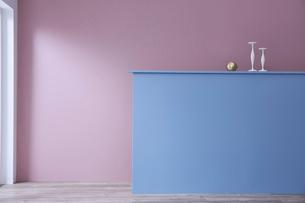 ピンクの壁と間仕切りの青い壁の写真素材 [FYI04109122]