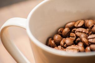 コップに一杯のコーヒー豆の写真素材 [FYI04109203]