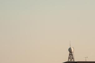 夕方の給水塔の写真素材 [FYI04109210]