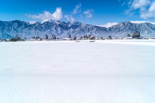 信州 長野県大町市冬の大町市大町近郊と北アルプスの写真素材 [FYI04109329]