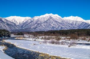 信州 長野県大町市冬の観音橋からみた高瀬川と蓮華岳の写真素材 [FYI04109336]