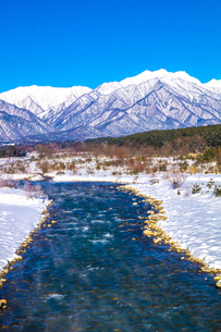 信州 長野県大町市冬の観音橋からみた高瀬川と蓮華岳の写真素材 [FYI04109341]
