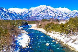信州 長野県大町市冬の蓮華大橋から見た高瀬川と爺ケ岳の写真素材 [FYI04109352]