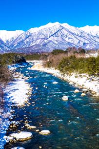 信州 長野県大町市冬の蓮華大橋から見た高瀬川と爺ケ岳の写真素材 [FYI04109353]