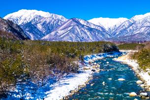 信州 長野県大町市冬の蓮華大橋から見た高瀬川と爺ケ岳の写真素材 [FYI04109354]