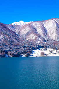 信州 長野県大町市 爺ケ岳が望む冬の木崎湖の写真素材 [FYI04109358]