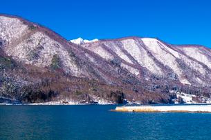 信州 長野県大町市 爺ケ岳が望む冬の木崎湖の写真素材 [FYI04109361]