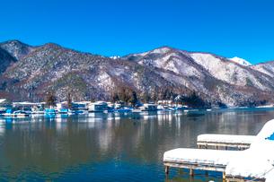 信州 長野県大町市 冬の木崎湖の木崎湖民宿街の写真素材 [FYI04109362]