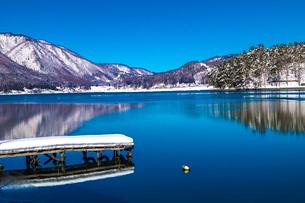 信州 長野県大町市 冬の木崎湖の写真素材 [FYI04109363]