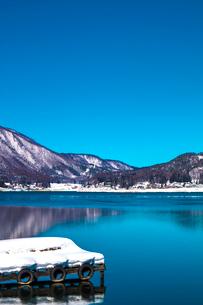 信州 長野県大町市 冬の木崎湖の写真素材 [FYI04109364]
