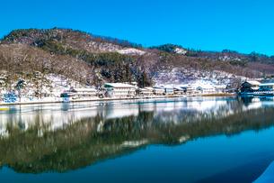 信州 長野県大町市 冬の木崎湖の木崎湖民宿街の写真素材 [FYI04109366]