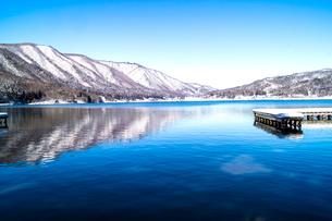 信州 長野県大町市 冬の木崎湖の写真素材 [FYI04109370]
