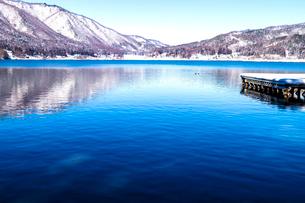信州 長野県大町市 冬の木崎湖の写真素材 [FYI04109371]