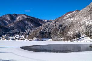 信州 長野県大町市 冬の中綱湖の写真素材 [FYI04109377]