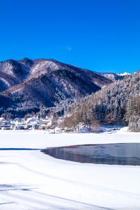 信州 長野県大町市 冬の中綱湖の写真素材 [FYI04109378]