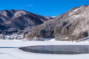 信州 長野県大町市 冬の中綱湖の写真素材 [FYI04109379]