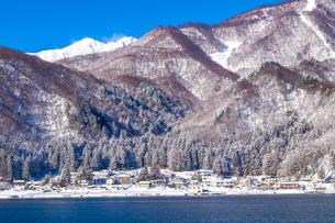 信州 長野県大町市 冬の青木湖の民宿街の写真素材 [FYI04109382]