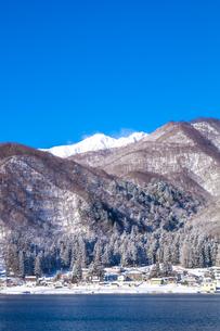 信州 長野県大町市 冬の青木湖の民宿街の写真素材 [FYI04109383]