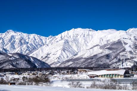 信州 長野県白馬村 五竜岳と冬の白馬八方尾根スキー場の写真素材 [FYI04109400]