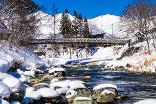 信州 長野県白馬村 冬の大出の吊橋の写真素材 [FYI04109401]