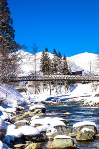 信州 長野県白馬村 冬の大出の吊橋の写真素材 [FYI04109403]