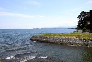 初夏,琵琶湖湖畔の風景の写真素材 [FYI04109438]