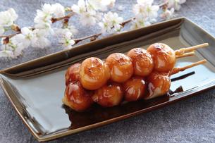 みたらしだんごと桜の写真素材 [FYI04109468]