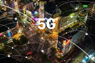 5G-第5世代移動通信システムと東京渋谷の写真素材 [FYI04109524]
