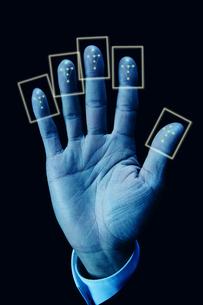 指紋認証を行う手の写真素材 [FYI04109567]