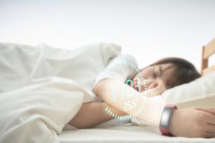 女性の睡眠時間を記録するスマートウォッチの写真素材 [FYI04109580]