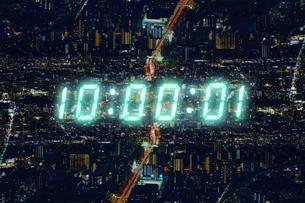 深夜の街と時刻の写真素材 [FYI04109582]