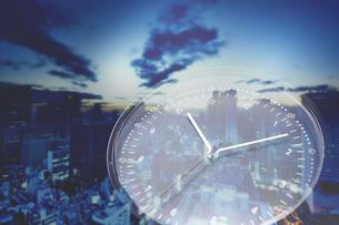 早朝の街と時計の写真素材 [FYI04109583]