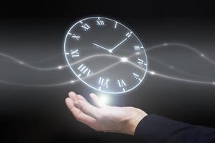 手から時計のホログラムを出すサラリーマンの写真素材 [FYI04109586]