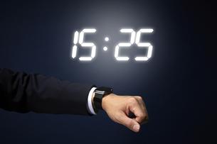 スマートウォッチで時刻を確認するサラリーマンの手元の写真素材 [FYI04109595]