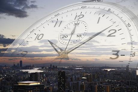 夕方の街並みと時計の写真素材 [FYI04109598]
