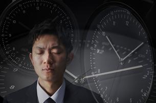 時間を推測するサラリーマンの写真素材 [FYI04109601]