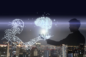 点と線で描かれたロボットと基板の脳を支えるサラリーマンの写真素材 [FYI04109605]