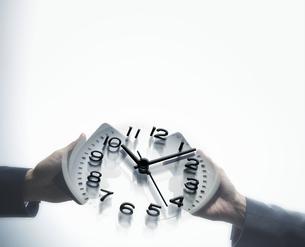 両手で時計を持つ手元の写真素材 [FYI04109617]