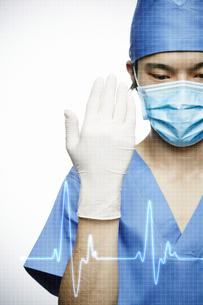 手術を初めるポーズの医者とCGの波形の写真素材 [FYI04109618]