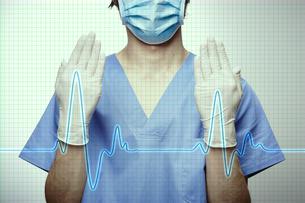 手術を初めるポーズの医者とCGの波形の写真素材 [FYI04109619]