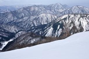 西丹沢 雪稜の山並みの写真素材 [FYI04109842]
