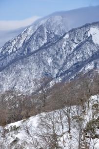 雪の蛭ヶ岳に強風の写真素材 [FYI04109880]