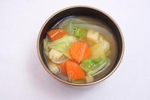 春野菜のみそ汁の写真素材 [FYI04110053]