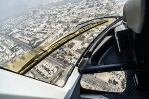 ヘリコプターから見えるドバイの都市風景の写真素材 [FYI04110267]